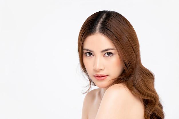 白い背景に分離された長い髪の名園アジア女性の美しさのショット