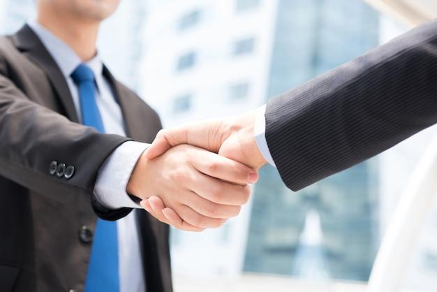Предприниматели, делающие рукопожатие