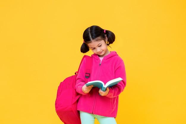 Милая девушка с волосами косичка читает книгу
