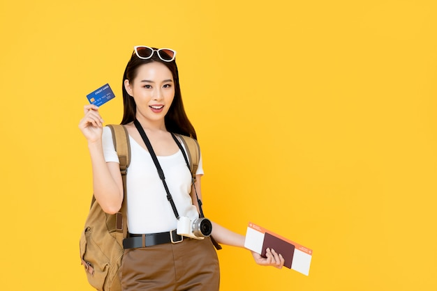 アジアの観光客の女性がクレジットカードで旅行する準備ができて