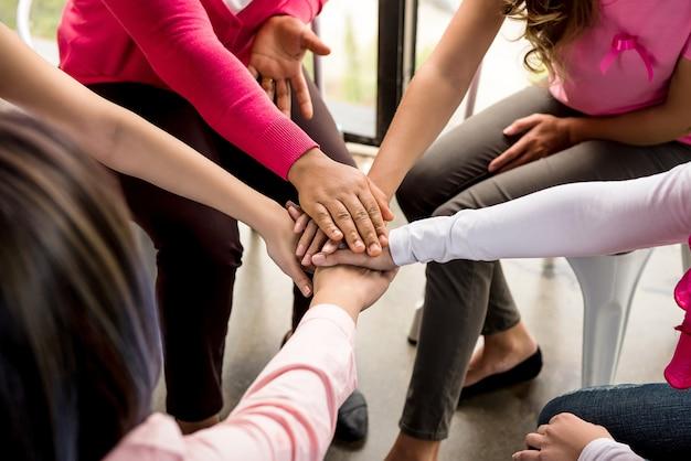 女性たちが乳がん啓発キャンペーンに手を出す