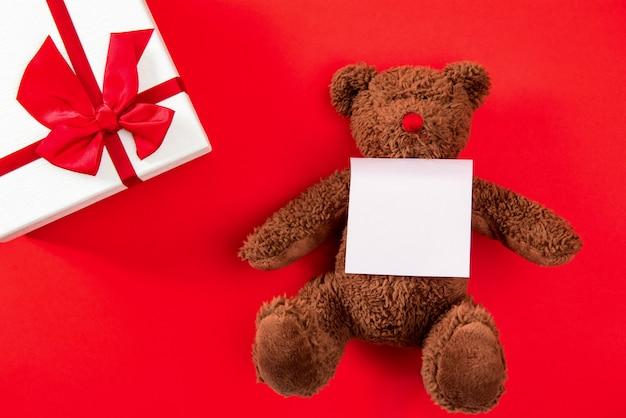 赤い背景にバレンタインまたは結婚式の贈り物