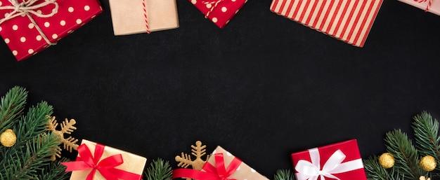 クリスマスと新年の休日バナーの背景の上の境界線のデザイン黒板