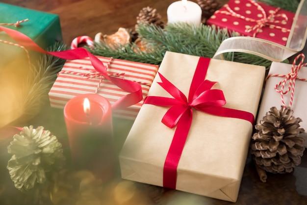 キャンドルとカラフルなクリスマスギフトボックスのグループと自宅でテーブルのアイテムを飾る