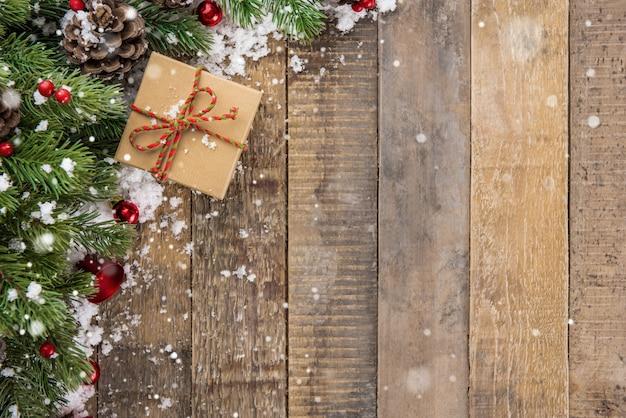 クリスマスの木の背景のトップビューのボーダーのデザイン