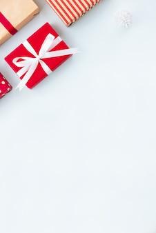 ライトブルーの背景にクリスマスと新年のホリデーギフトボックス