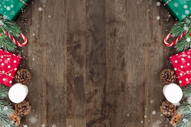 木製のテーブルの背景の境界にカラフルなクリスマスの装飾品