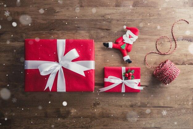 Красные рождественские подарочные коробки и предметы декора на фоне дерева стол