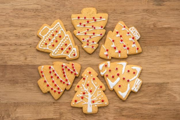 クリスマスツリーの形のジンジャーブレッドのクッキーを飾った