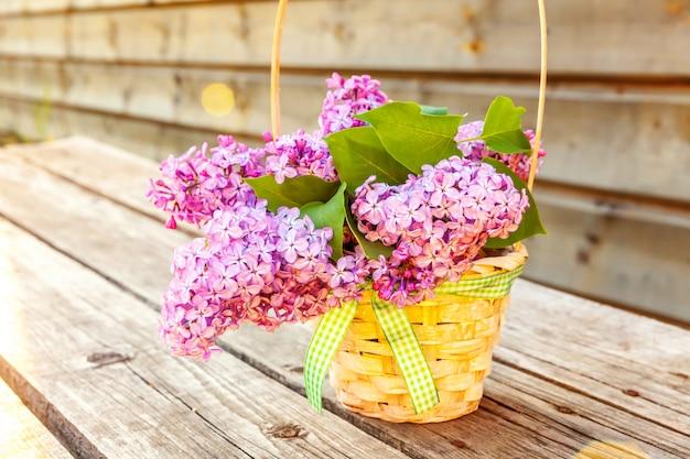 生態自然春のコンセプトです。花の花束は、素朴な木製の背景の上に花瓶に美しい香りバイオレットパープルライラック。インスピレーションを与える自然の花の春咲く庭や公園。