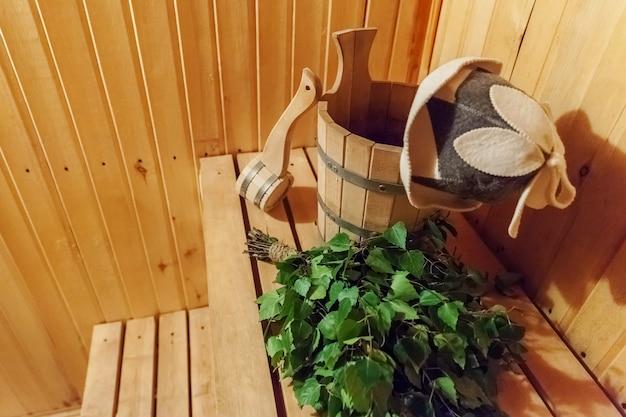 Детали интерьера финская баня баня баня с традиционными банными принадлежностями умывальник березовая метла совок фетровая шляпа