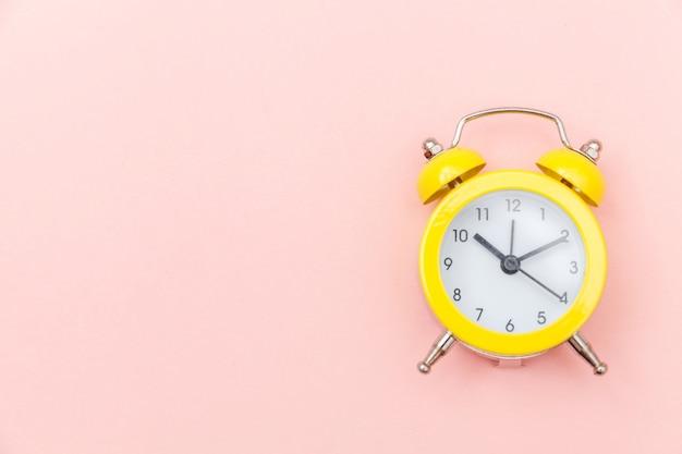 鳴っているツインベルヴィンテージクラシックな目覚まし時計分離されたピンクのカラフルなトレンディなパステル背景。おやすみなさいおやすみなさいおやすみなさいフラット横たわっていたトップビューコピースペース。