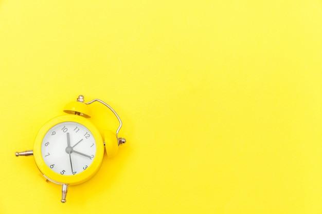 鳴っているツインベルヴィンテージクラシックな目覚まし時計分離された黄色のカラフルなトレンディなモダンな背景。おやすみなさいおやすみなさいおやすみなさいフラット横たわっていたトップビューコピースペース。