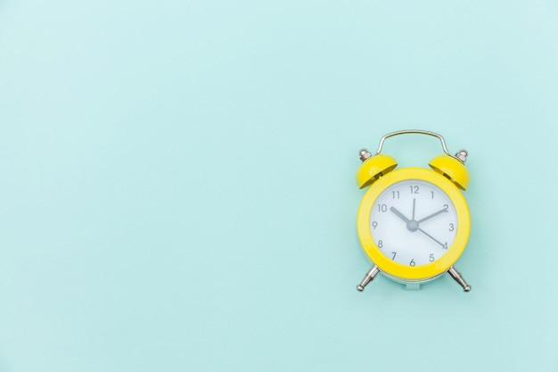ツインベルヴィンテージクラシックな目覚まし時計分離された青いカラフルなトレンディなパステル背景に鳴っています。おやすみなさいおやすみなさいおやすみなさいフラット横たわっていたトップビューコピースペース。