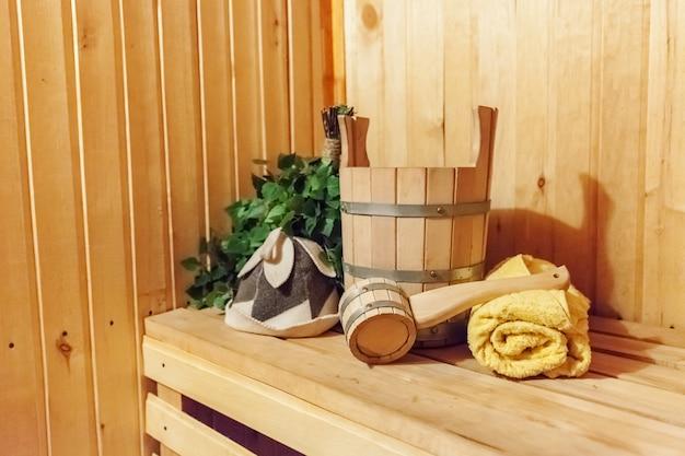 Детали интерьера финская баня баня баня с традиционными банными принадлежностями умывальник березовая метла совок фетровая шляпа полотенце