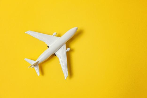 Простой плоский дизайн с миниатюрной игрушечной моделью самолета