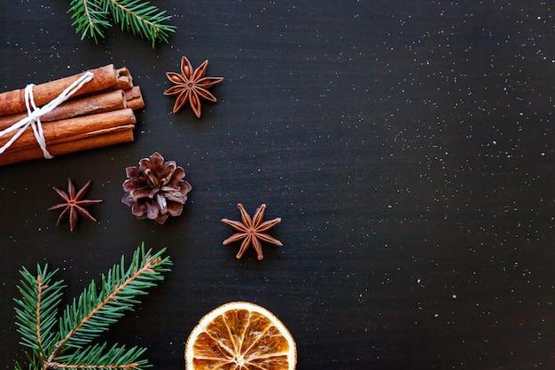 暗い黒い背景にクリスマス新年組成