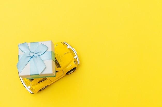 Желтый винтажный ретро игрушечный автомобиль с подарочной коробкой