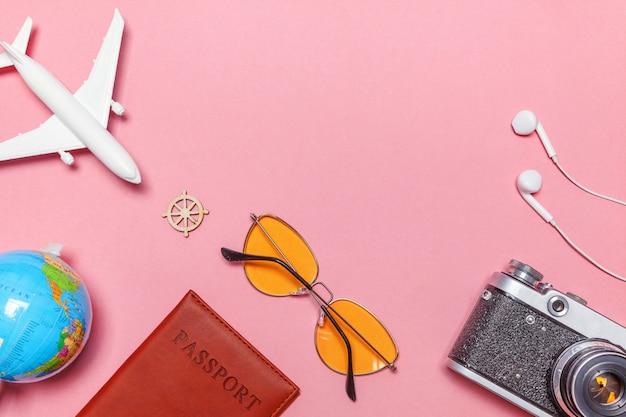 ピンクのパステル調のトレンディなモダンな背景に最小限のシンプルなフラットレイアウト旅行冒険旅行コンセプト