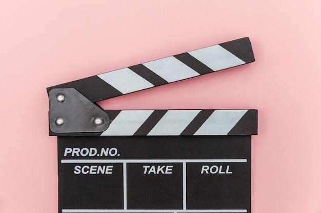 ピンクの背景に分離されたカチンコや映画スレートを作る監督空の映画