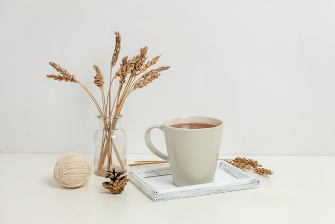 Натуральный эко декор для дома с чашечкой кофе и свечой на деревянном подносе