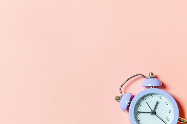 Простой минималистичный дизайн звонка близнеца старинный классический будильник изолирован на розовом пастельном фоне
