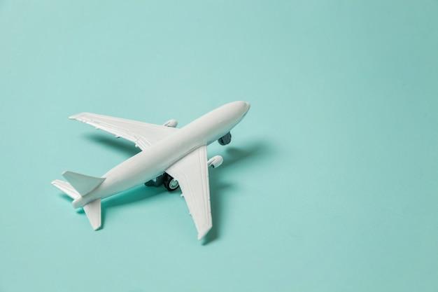 カラフルな青色の背景におもちゃの飛行機