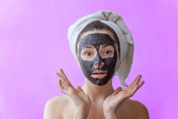 女性の顔にマスクを適用します