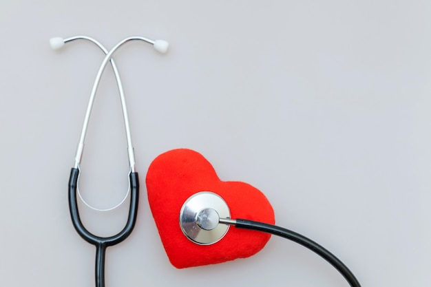 Стетоскоп оборудования медицины или фонендоскоп и красное сердце изолировали. приборное устройство для врача. медицинское страхование жизни
