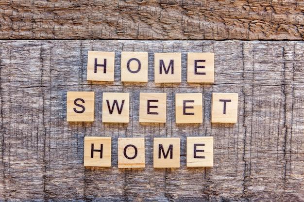 木製のテーブルの碑文ホームスイートホーム文字単語