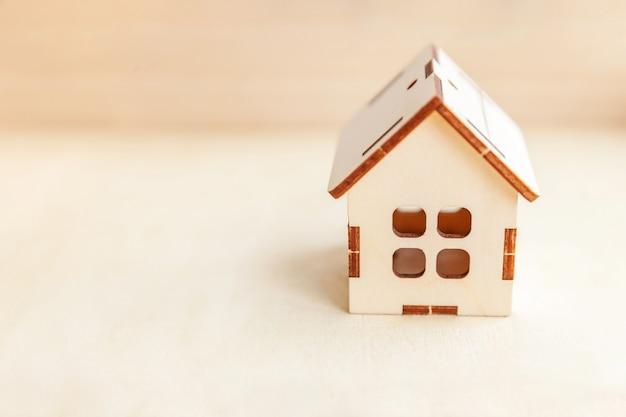 ミニチュアのおもちゃのモデルハウス。エコビレッジの抽象的な環境背景。不動産抵当財産保険の甘い家の生態学の概念