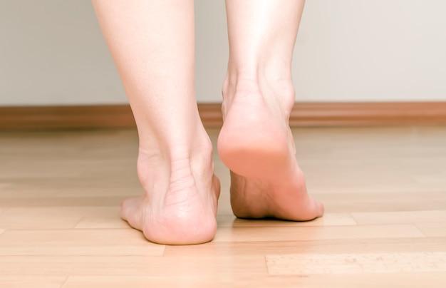 足の靴底、かかと。足。