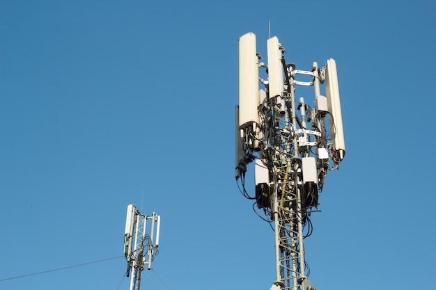Телекоммуникационная башня. цифровая система беспроводной связи. мобильный телефон базовой станции