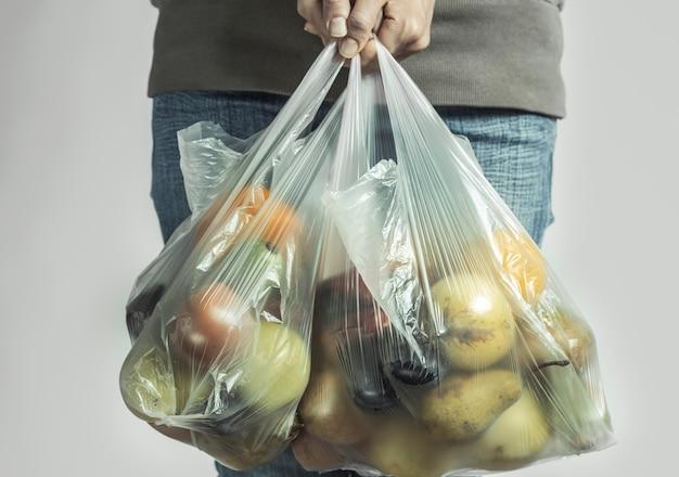 スーパーマーケットからの製品のプラスチックバッグ。
