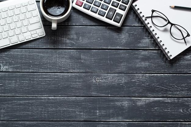 財務報告のための計算機を備えた作業スペース。会計コンセプト。