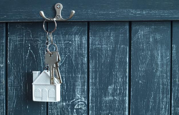 家への鍵はフックに掛かっています。