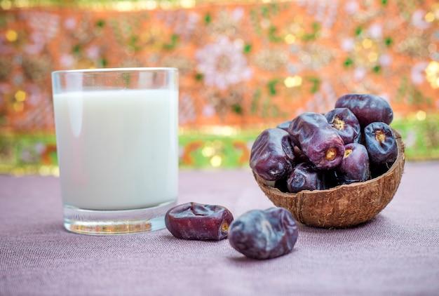 甘いドライデートと牛乳。ラマダン中の食べ物