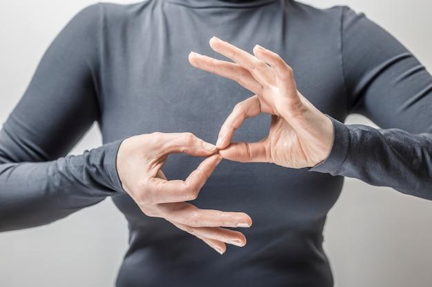 Женщина изучает язык жестов, чтобы говорить