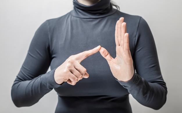 女性が話す手話を学ぶ