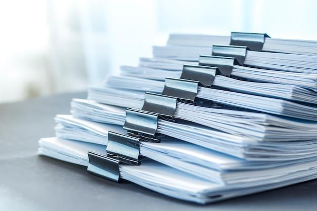 紙の文書のストックはクリップで固定されています。会計財務報告