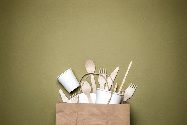 紙と木で作られた環境に優しい使い捨て食器の概念。上面図。