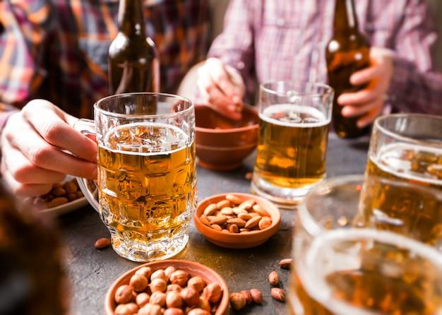 友達はビールを飲みます。