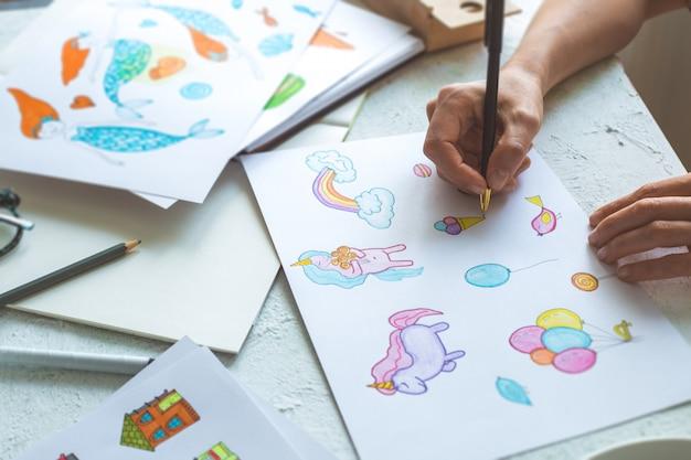 アニメーターデザイナーは、さまざまなキャラクターのカラフルなスケッチを描きます。