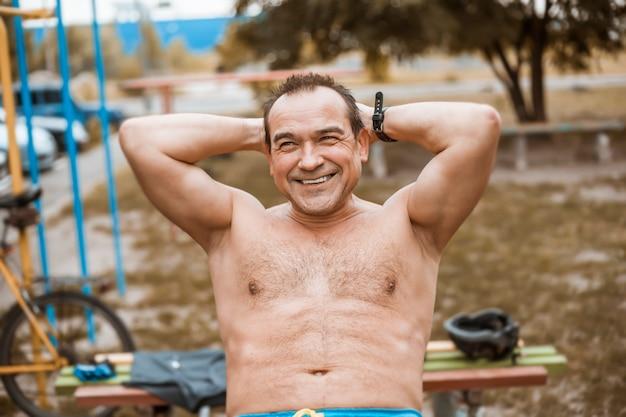 シニアスポーツ男の笑みを浮かべて屋外トレーニング