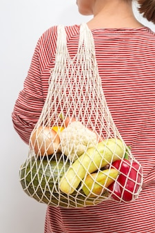 Многоразовая текстильная экологическая хозяйственная сумка с овощами и фруктами.