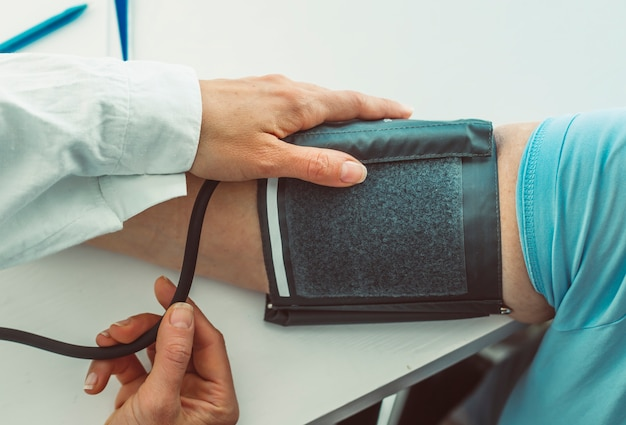 Доктор измерения артериального давления.