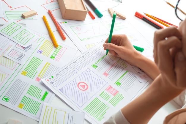Дизайнер сайтов создает эскиз приложения. разработка чертежа проекта