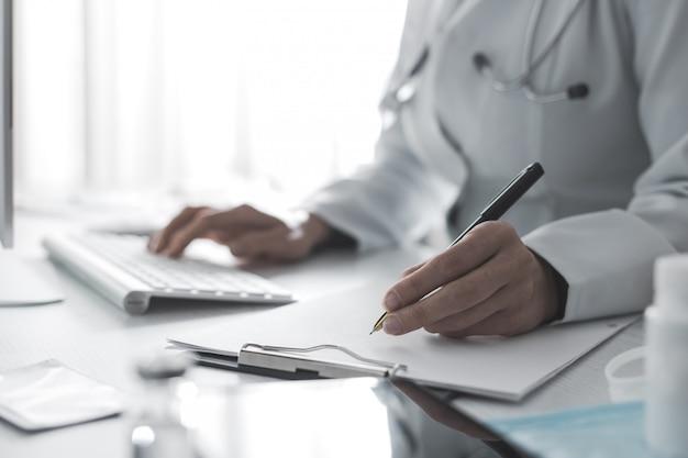 医師は診断または処方箋を紙に書き、