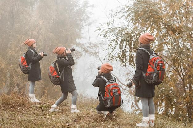 Девушка фотограф снимает осеннюю природу.
