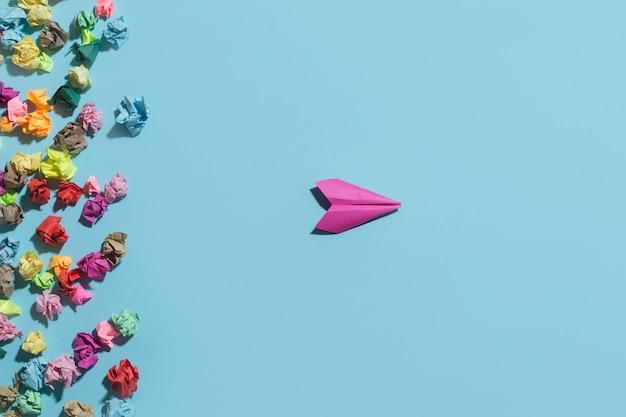 しわくちゃのステッカーから紙飛行機が飛び立つ